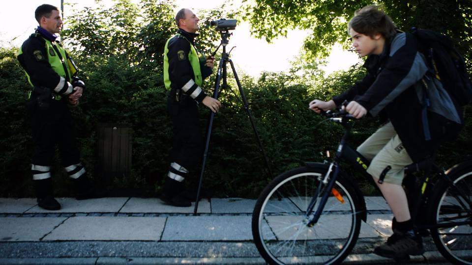Nu har politiet fået nok: Alt for mange børn cykler med mobilen